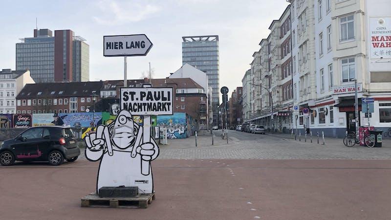 Schild St. Pauli Nachtmarkt auf dem Spielbudenplatz