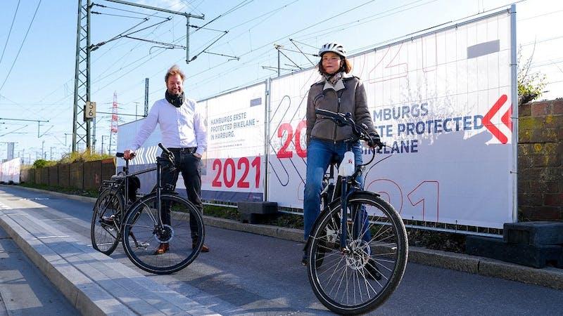 Verkehrssenator Anjes Tjarks und die Harburger Bezirksamtsleiterin Sophie Fredenhagen eröffnen die Protected Bike Lane in Harburg