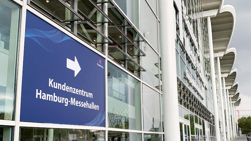 Ein Schild weist den Weg zum Kundenzentrum Hamburg-Messehallen