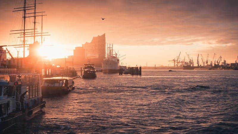 Hamburger Hafen und Elbphilharmonie im Sonnenuntergang