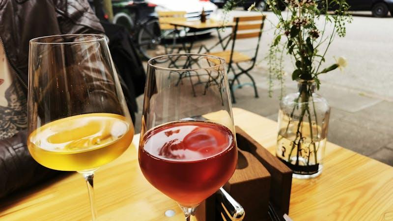 Zwei Gläser Wein in der Klinkerbar