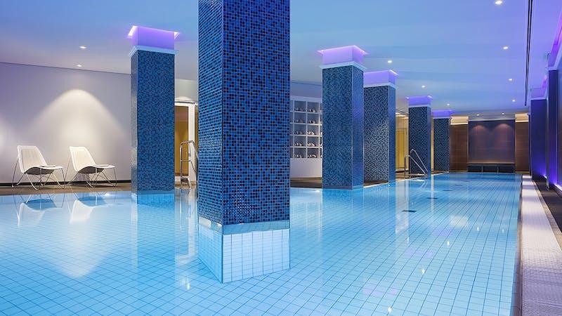 Pool im Heavenly Spa von The Westin Hamburg