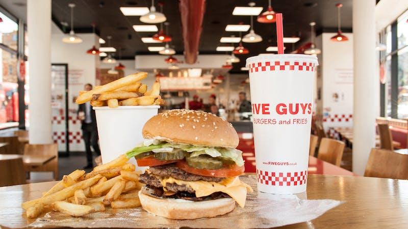 Menü von Five Guys mit Burger, Fritten und Getränk
