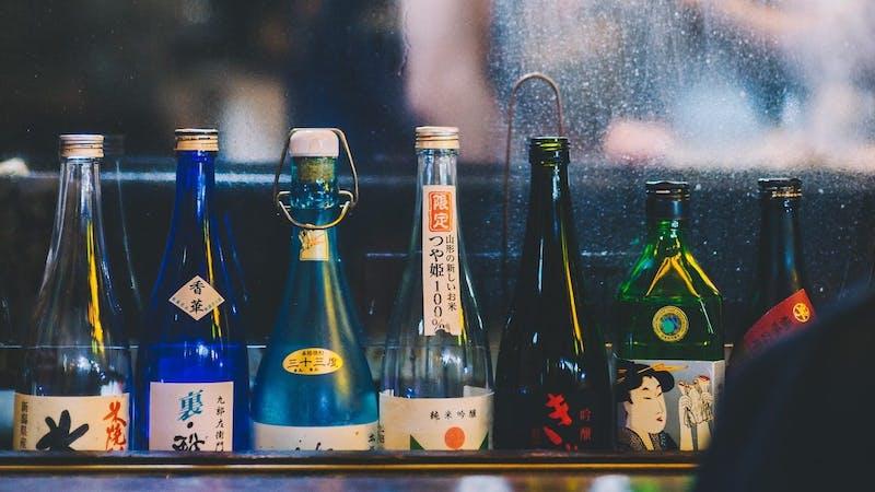 Sake Flaschen vor beschlagener Scheibe im Izakaya